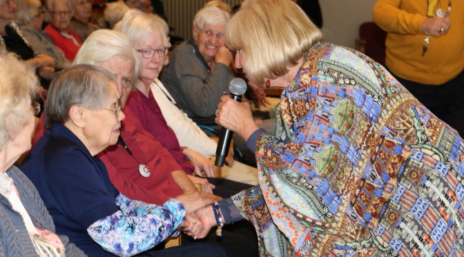 Willeke Alberti met ouderen